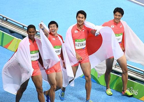 男子リレーで銀メダルを獲得