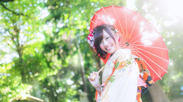 和傘を持つ女性